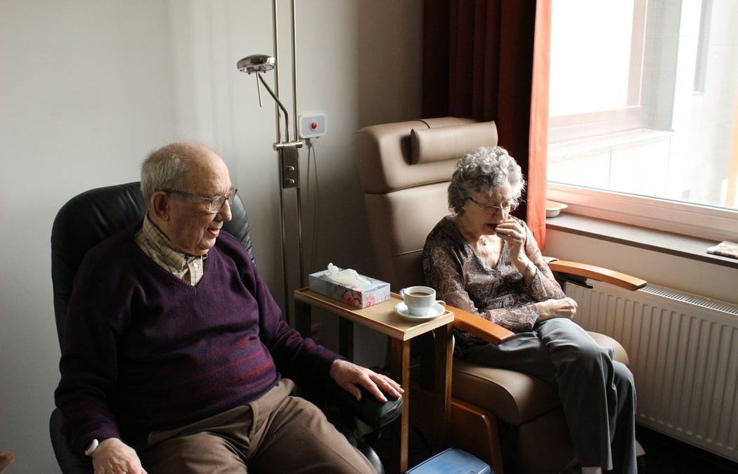 La foto mostra persone anziane